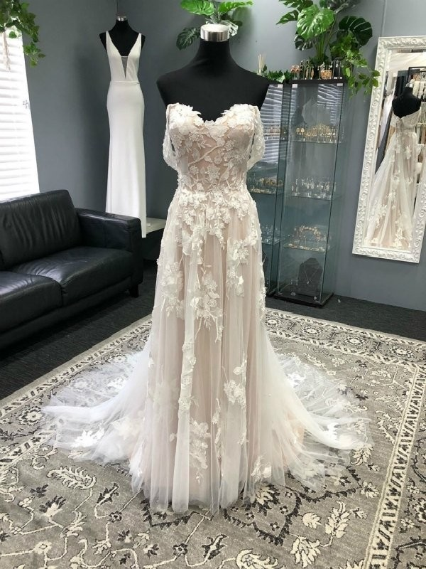 Memorable Magic A-Line/Princess Off-the-Shoulder Tulle Applique Sleeveless Sweep/Brush Train Wedding Dresses